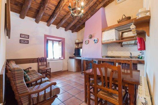 Casas Rurales Noguericas: comedor casa dos