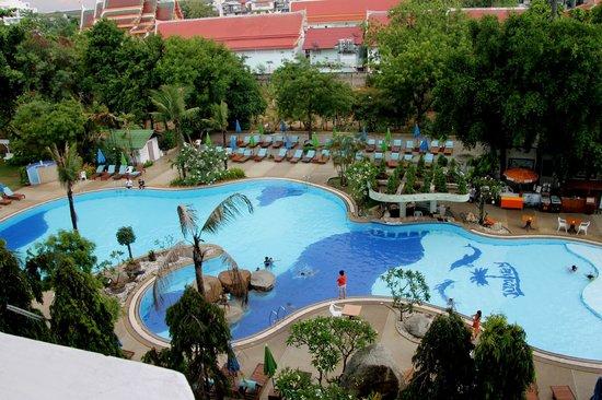 Grand Jomtien Palace: vue de la chambre sur piscine
