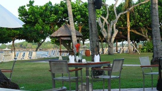 Nusa Dua Beach Hotel & Spa: The poolside restaurant facing the beach