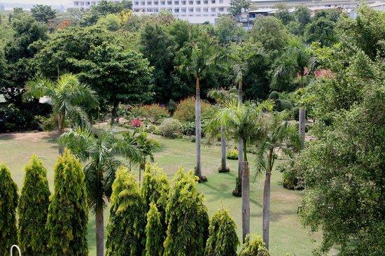 Grand Jomtien Palace: vue de la chambre sur parc