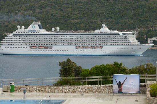Valamar Argosy Hotel : Passing cruise liner