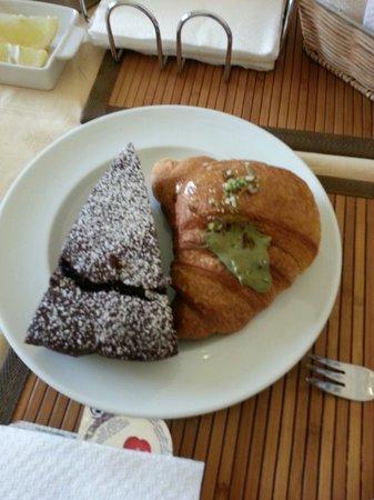 Bed & Breakfast Panormus: Torta al cioccolato fatta in casa e fantastici cornetti con crema ai pistacchi !! Colazione otti