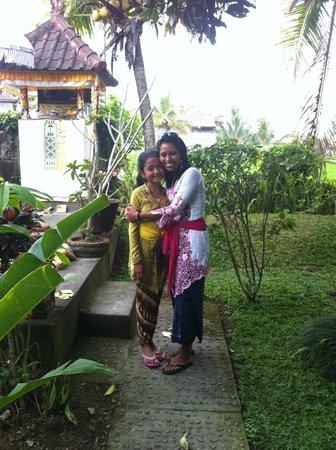 Three Dewi's Guest House : Ma femme avec la fille de Made