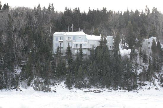 Auberge de la Riviere Saguenay : L'auberge vu du Fjord gelé
