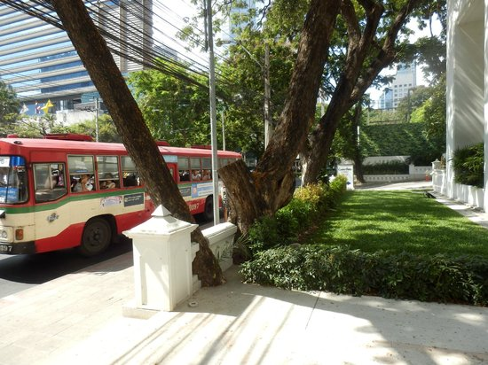 Grande Centre Point Hotel Ploenchit: View from the entrance