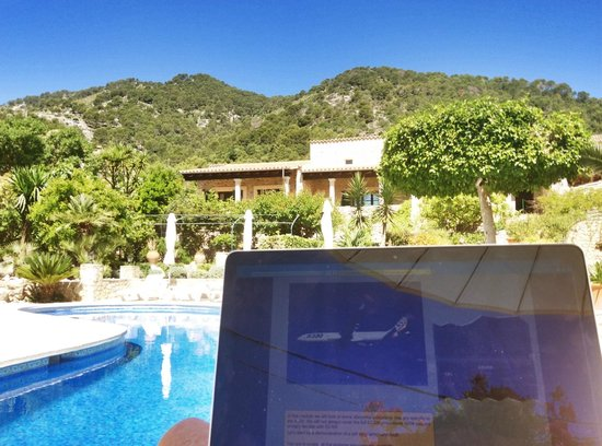 Can Furios Hotel: Blick über den Pool zu den Zimmern mit eigener Terrasse
