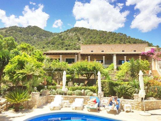 Can Furios Hotel: Garten und Berge im Hintergrund