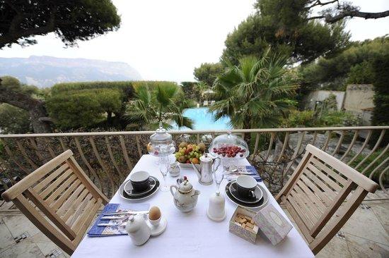 Astoria Villa: Petit déjeuner sur la terrasse vue mer