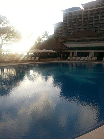 Halekulani Hotel: View from the pool