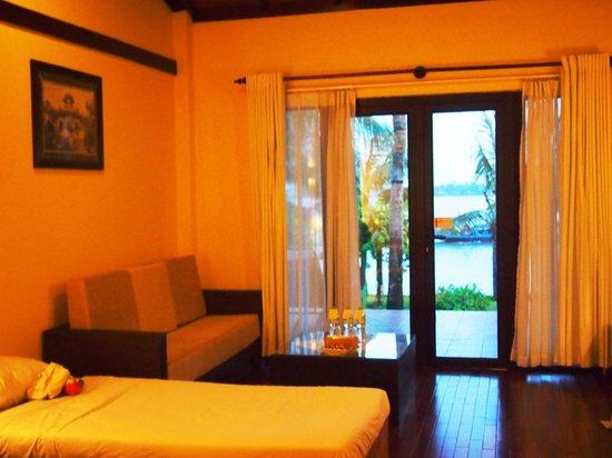 Vinh Hung Riverside Resort: King Deluxe Room