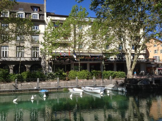 Splendid Hôtel : Hotel from across the canal
