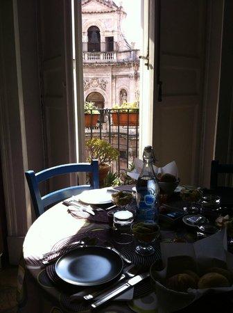 Bianca B&B and Apartments : Colazione in cucina, al tavolo, con scorcio sulla città