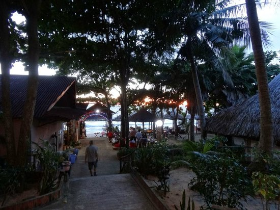 Lien Hiep Thanh Resort: Walking down to the beach/restaurant area