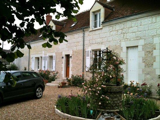 La Roseraie de Vrigny: Courtyard View
