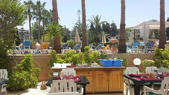 Hôtel Agadir Beach Club : déjeuner en bord de piscine