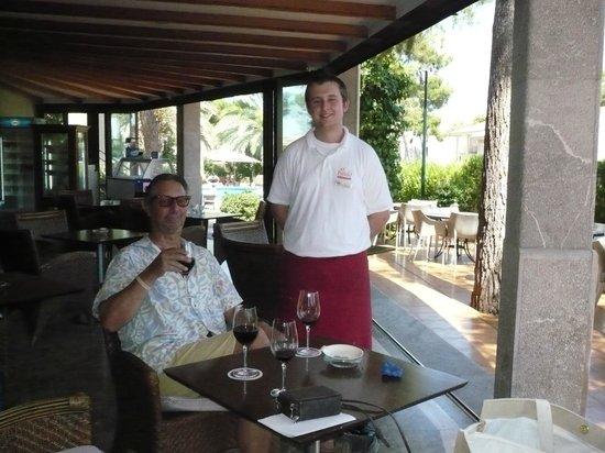 Es Baulo Petit Hotel: Le serveur et les verres de vin