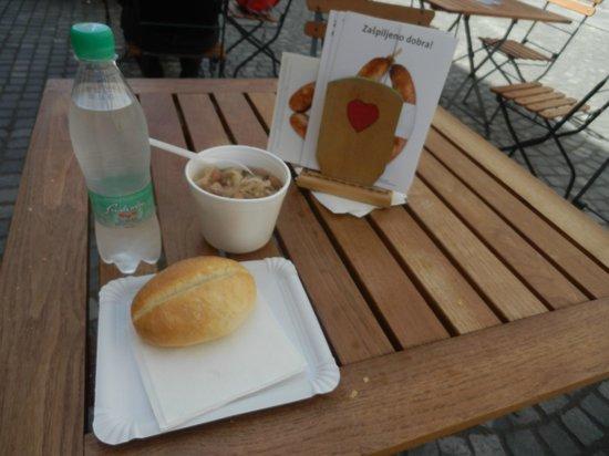Klobasarna : tavolino all'esterno