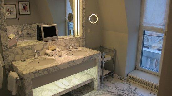 Hotel Sacher Wien : spacious bathroom w view