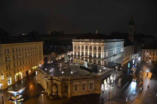 Hotel Sacher Wien : view to the city hall, that tiny tower which is lit up
