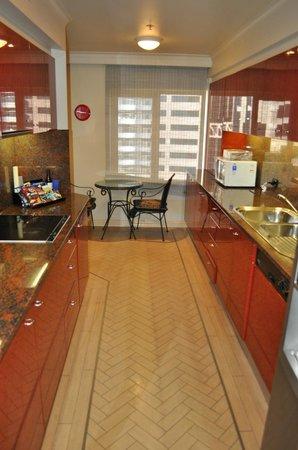 Quay West Suites Sydney: Kitchen