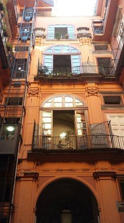 B&B Palazzo Ruffo di Bagnara: La façade vue de la cour