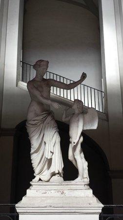 B&B Palazzo Ruffo di Bagnara: Statue dans l'escalier menant au B&B