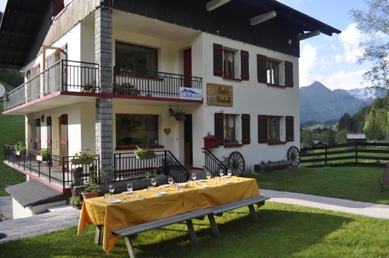 Chalet Bluebell Les Gets : Chalet Bluebell in the summer... Al Fresco dining!