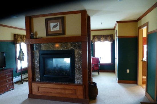 The Reluctant Panther Inn & Restaurant: Fireplace at the foot of the bed