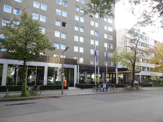 Golden Tulip Berlin - Hotel Hamburg: 入口付近です。ただのビルという感じです。