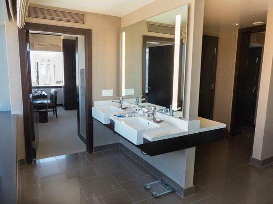 Vdara Hotel & Spa : Bathroom (City Corner Suite)