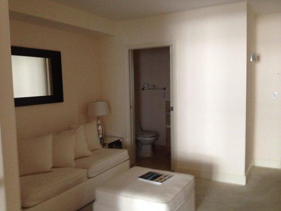 Grand Beach Hotel : sala com segundo banheiro da suite