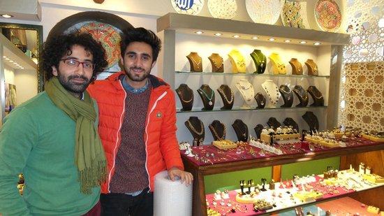 Erboy Hotel: самые симпатичные продавцы сувениров рынок возле султанахмет