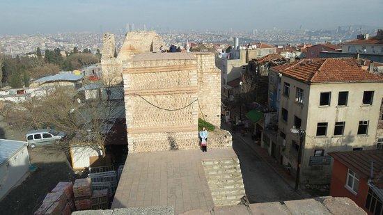 Erboy Hotel: стены феодосия, недалеко от монастыря хора
