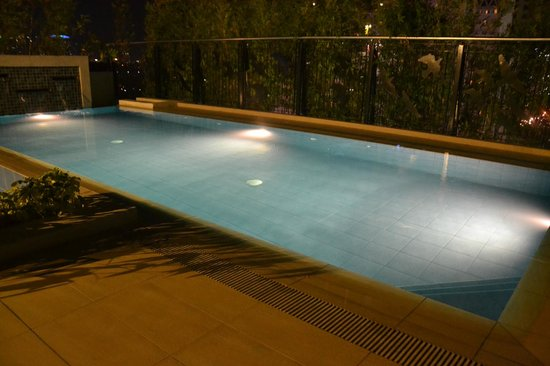 Y2 Residence Hotel: Swimming pool at night