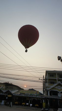 Balloons Over Vang Vieng : Those pesky power lines worry everybody