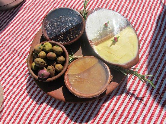Dar Rihana: Olives du jardin, jben, confiture de mûre et miel du village...
