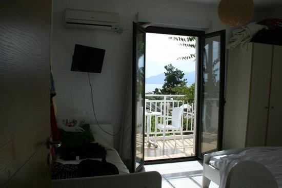 Saradari Apartments : chambre principale