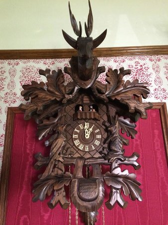 Heritage House Bed & Breakfast: Beautiful clock in Living/Dining area.