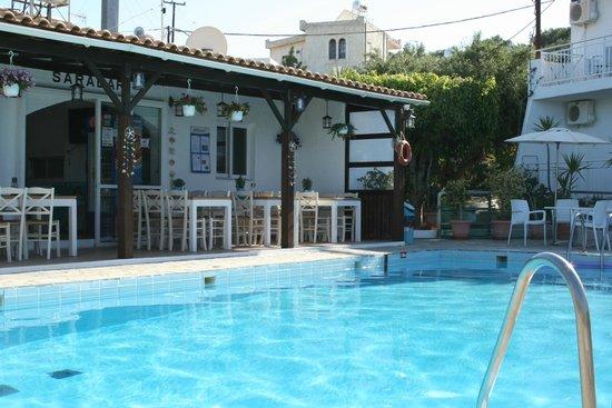 Saradari Apartments : Piscine et bar (pas top)