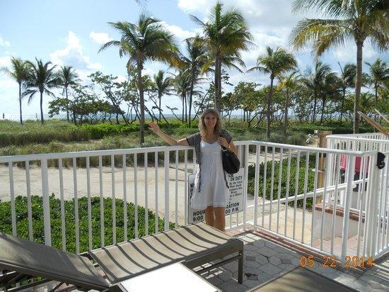 Sea View Hotel : Verja que divide la pileta de la playa