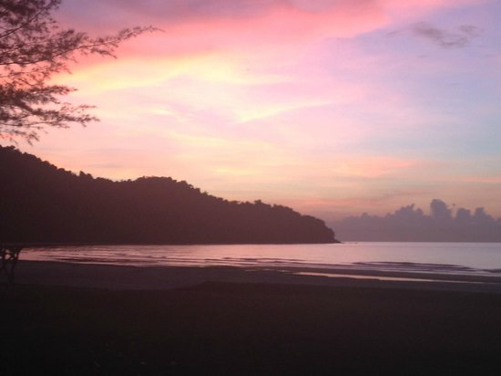 Nexus Resort & Spa Karambunai : sunset view from the beach bar