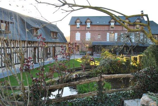 Auberge de la Source - Hôtel de Charme : Quite beautiful for so early in Spring!
