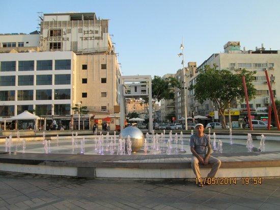 Inter Active Atzmaut Square: у фонтана