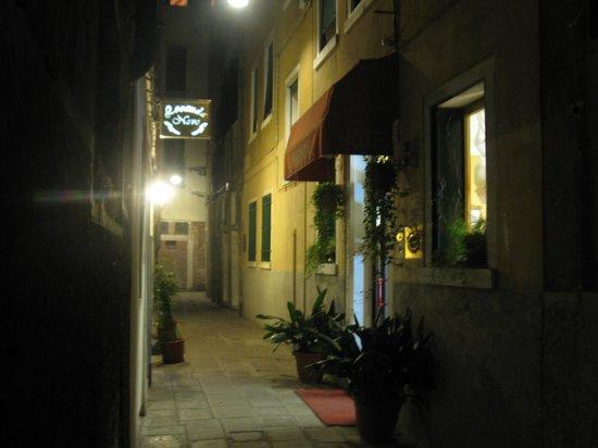 Hotel Mignon: Entrance