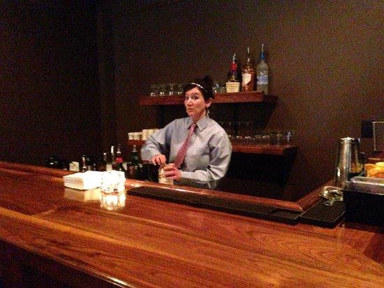 Augusta Grill: El bar y la mesera, muy amable y servicial