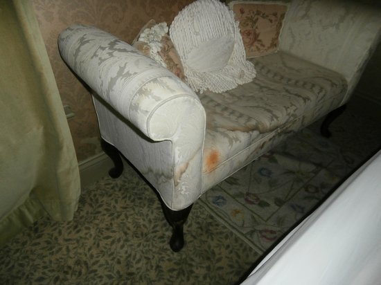 Farnsworth House Inn: Wet couch in Jennie Wade Room