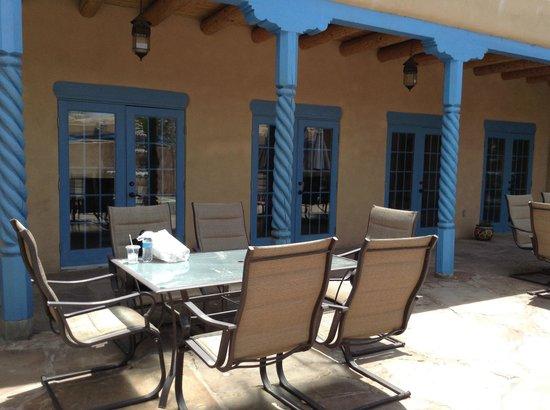 Casa Benavides Historic Inn: outdoor courtyard for afternoon tea
