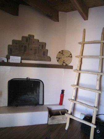 Casa Benavides Historic Inn: Our room's fireplace