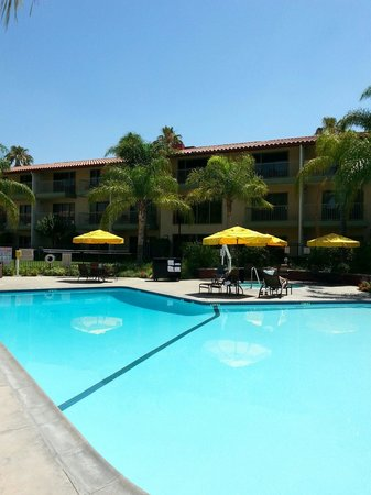 DoubleTree by Hilton Hotel Ontario Airport: Poolside