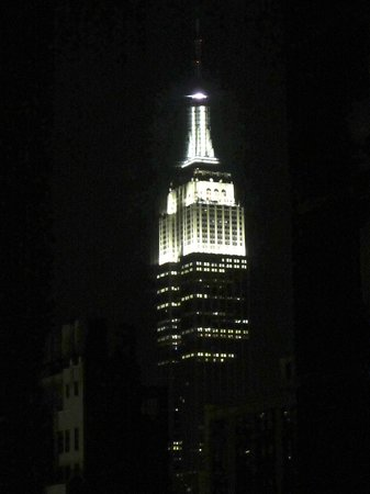 Distrikt Hotel New York City: View of the Empire State Building at night from our room